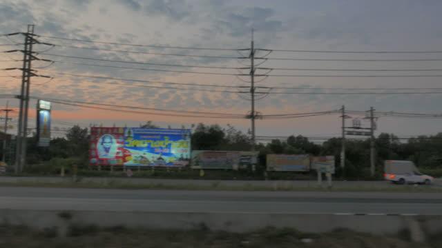 vídeos de stock e filmes b-roll de vista de paisagem de cruzamento, 4 k - berma da estrada
