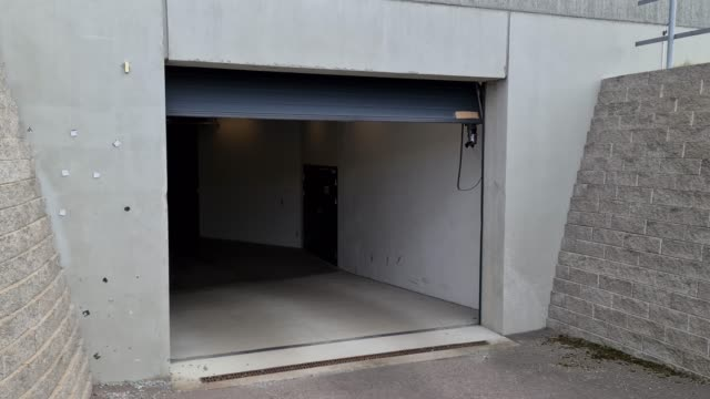 ansicht des prozesses des automatischen schließens des garagentores. modernes technologiekonzept. - garage stock-videos und b-roll-filmmaterial