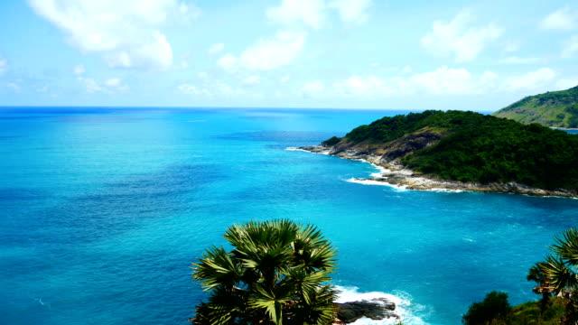 Vue des paysages marins. Point de vue de Promthep Cape à Phuket, Thaïlande le 15 juin 2018 - Vidéo