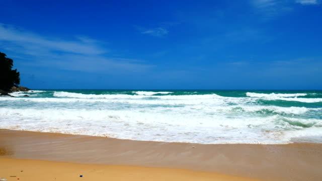 Vue des paysages marins. Point de vue de la plage de Surin à Phuket, Thaïlande sur 16 juin 2018 - Vidéo