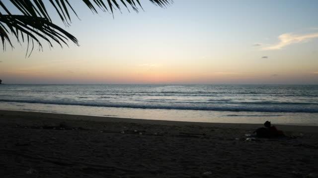 Point de Seascapes.Sunset plus vue mer vue sur Karon Beach à Phuket, Thaïlande le 23 juin 2018 - Vidéo