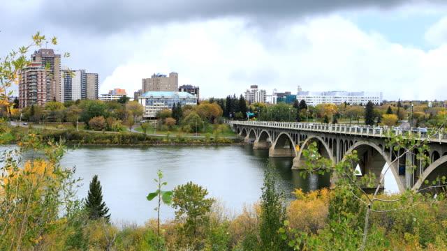 Mening van De Rivier van Zuid-Saskatchewan in Saskatoon, Saskatchewan video