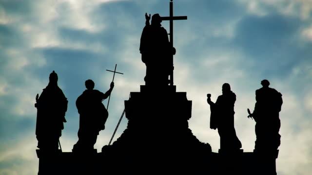 visa statyer av helgon på archbasilica laterano i rom, timelapse - basilika katedral bildbanksvideor och videomaterial från bakom kulisserna