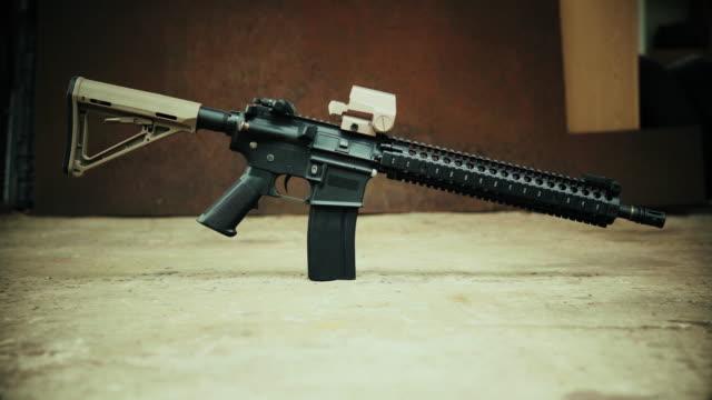 vidéos et rushes de vue sur le fusil d'assaut dans le contexte de l'acier rouillé - armement