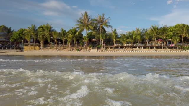 stockvideo's en b-roll-footage met uitzicht op het strand oceaankust golven zee - grace bay