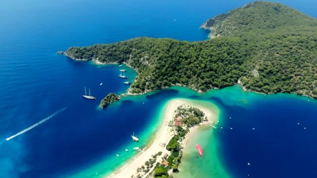 view of the blue lagoon, oludeniz, mugla, turkey - парапланеризм стоковые видео и кадры b-roll