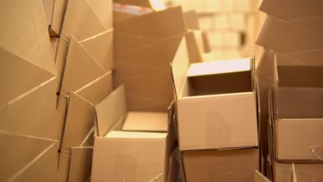 vídeos de stock e filmes b-roll de view of the boxes in the warehouse - cardboard box