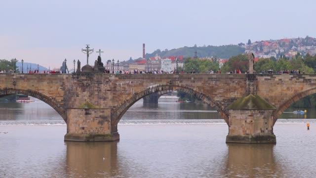 観光客が歩くカレル橋の眺め - チェコ共和国点の映像素材/bロール