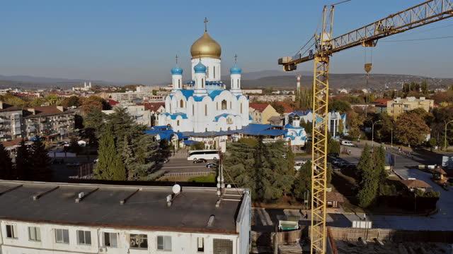 vista della città dalla costruzione dell'edificio di un edificio a più piani con gru a torre dell'uzhhorod zakarpattya ucraina - transcarpazia video stock e b–roll