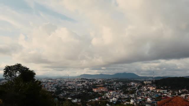 blick auf die stadt dalat, vietnam. zeitraffer - indochina stock-videos und b-roll-filmmaterial