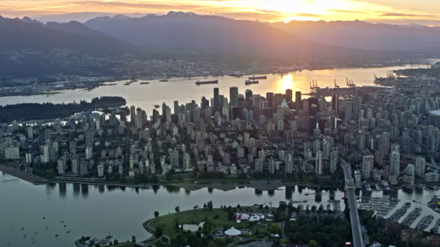 vídeos de stock e filmes b-roll de aerial view of the city of vancouver and false creek at sunset - vancouver
