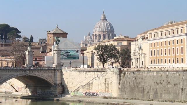 beskåda av kupolen av st. peter från castel sant'angelo - peter the apostle bildbanksvideor och videomaterial från bakom kulisserna