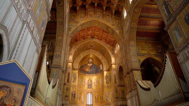 シチリア島パレルモの大聖堂の黄金の天井のビュー - モンレアーレ点の映像素材/bロール