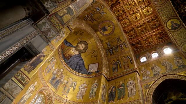 シチリア島パレルモの大聖堂の内部壁の画像の表示 - モンレアーレ点の映像素材/bロール