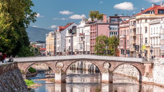 ボスニア・ヘルツェゴビナで最も古い橋の一つであるラテン橋のタイムラプスの眺め - ボスニア・ヘルツェゴビナ点の映像素材/bロール