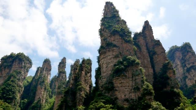 張家江森林公園の山々の雄大な石の岩柱の眺め - ローアングル点の映像素材/bロール