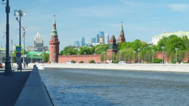 view of the moscow kremlin - rzeka moskwa filmów i materiałów b-roll