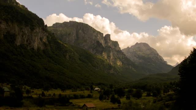 vista del parco nazionale prokletije. gusinje, montenegro. - pinacee video stock e b–roll