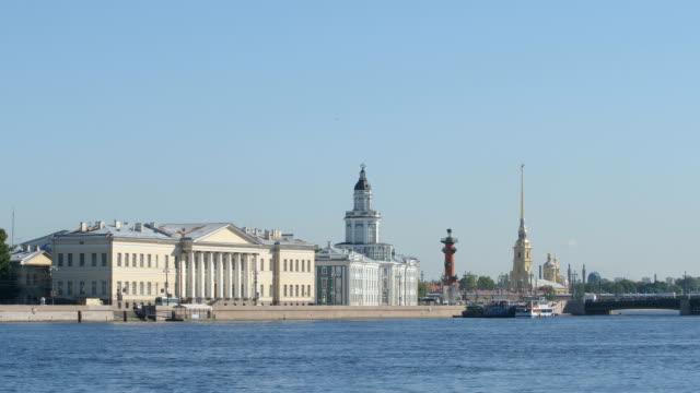 utsikt över floden neva, the kunstkammer på sommaren - st petersburg, ryssland - peter and paul cathedral bildbanksvideor och videomaterial från bakom kulisserna