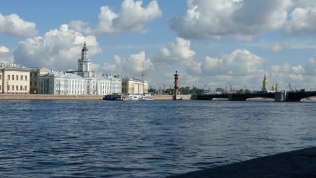 syn på neva-floden, the kunstkammer, the palace bron sommaren - st petersburg, ryssland - peter and paul cathedral bildbanksvideor och videomaterial från bakom kulisserna