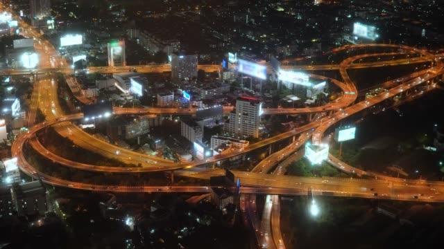 blick auf die nächtliche autobahn in einer belebten stadt. autoverkehr in einer großstadt - trefferversuch stock-videos und b-roll-filmmaterial