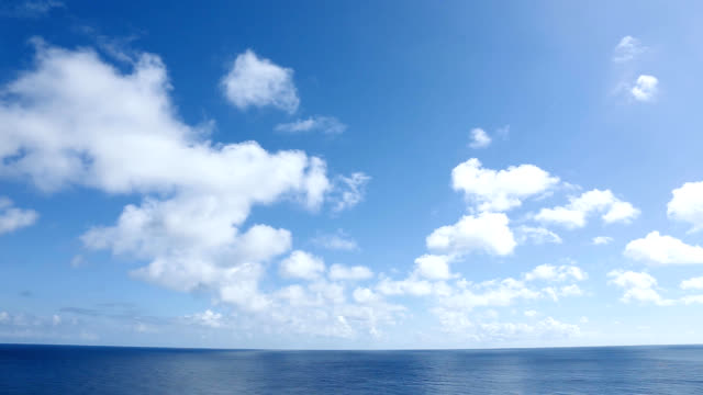 vídeos de stock e filmes b-roll de view of the ocean - linha do horizonte sobre água