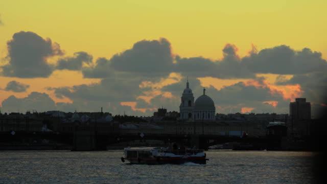 utsikt över peter-pavel fästning över floden neva i st. petreburg, ryssland - peter and paul cathedral bildbanksvideor och videomaterial från bakom kulisserna