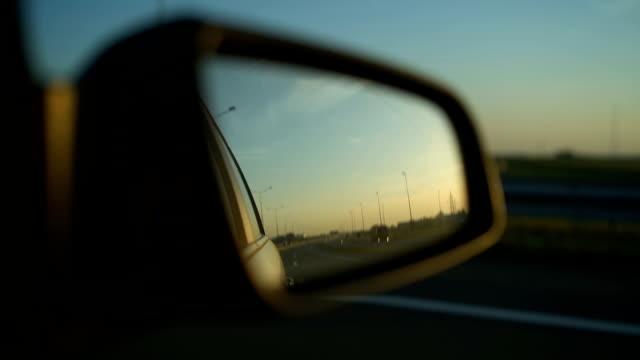 sicht auf die straße in den rückspiegel - hinter stock-videos und b-roll-filmmaterial