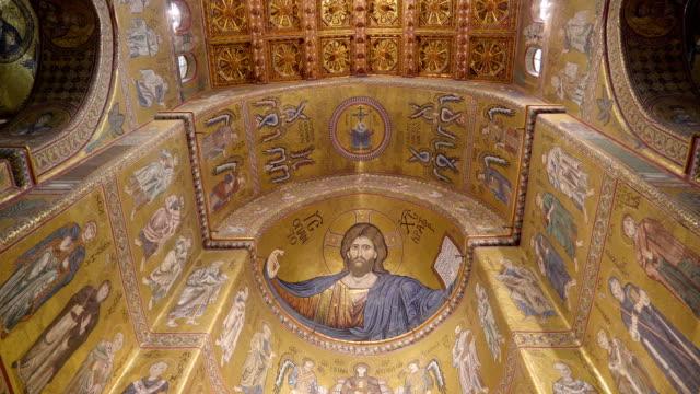 シチリア島パレルモの大聖堂のステンド グラスの壁の表示 - モンレアーレ点の映像素材/bロール