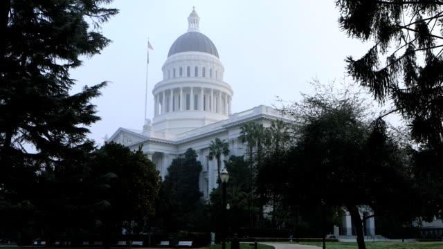 blick auf das state capitol in sacramento, kalifornien im nebel - kapitell stock-videos und b-roll-filmmaterial