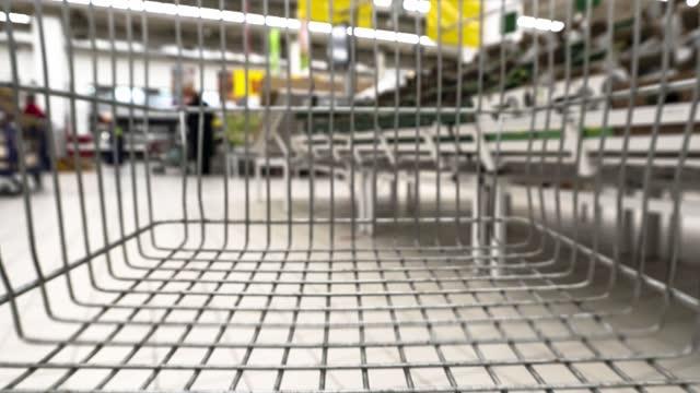 vídeos de stock, filmes e b-roll de vista do shopping center do carrinho de compras, lapso de tempo - costumer