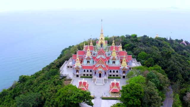 blick auf den tempel in pprachuap khiri khan provinz thailand - kloster stock-videos und b-roll-filmmaterial