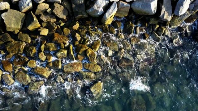 stockvideo's en b-roll-footage met uitzicht op de golf en de steen uit bovenaanzicht - duurzaam toerisme