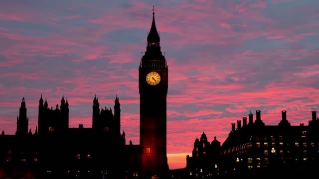 blick auf die westminster bridge bei nacht und big ben in london. - pfand stock-videos und b-roll-filmmaterial