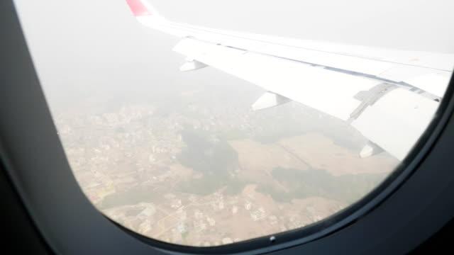 ネパール、カトマンズに飛行機の窓の眺め。 - ネパール人点の映像素材/bロール