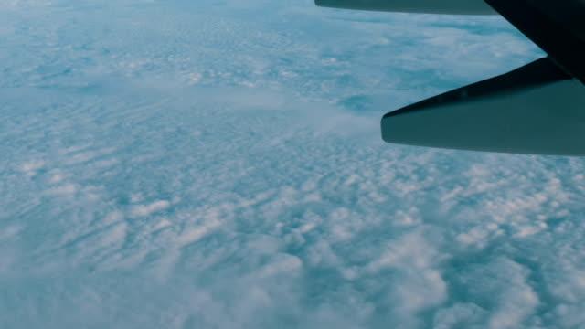 vídeos de stock, filmes e b-roll de vista da asa de um avião em voo sobre nuvens de ar lindo - vinho do porto