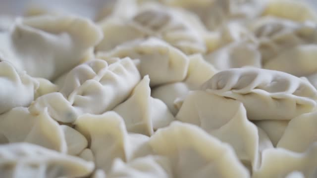 blick auf traditionelle knödel(jiaozi),china. - kloß stock-videos und b-roll-filmmaterial