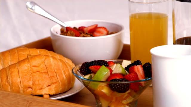 vídeos de stock, filmes e b-roll de vista da bandeja com café da manhã - fruit salad