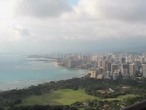 view of waikiki and honolulu - 10 saniyeden daha kısa stok videoları ve detay görüntü çekimi
