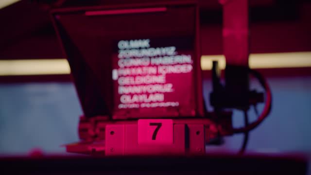 ansicht des arbeitskameraobjektivs und teleprompters - live ereignis stock-videos und b-roll-filmmaterial