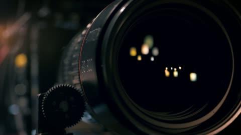 vidéos et rushes de vue de l'objectif de caméra de travail - format hd