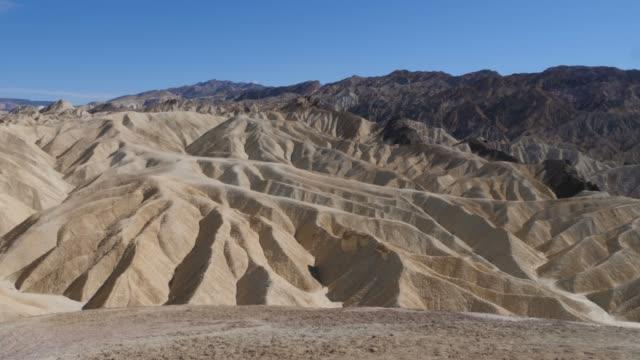 blick auf zabriskie point im death valley nationalpark, kalifornien, usa - südwesten stock-videos und b-roll-filmmaterial
