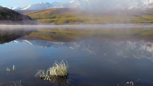 山高原 Eshtykel アルタイ湖 Dzhangyskol で表示します。北 Chuisky リッジは、水に反射してください。 ビデオ