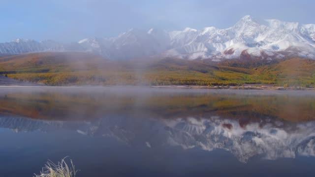 山高原 Eshtykel アルタイ湖 Dzhangyskol で表示します。北チー リッジは水に反射しています。 ビデオ