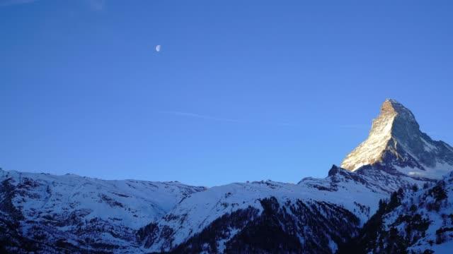 stockvideo's en b-roll-footage met uitzicht op de matterhorn peak en de maan van zermatt - matterhorn