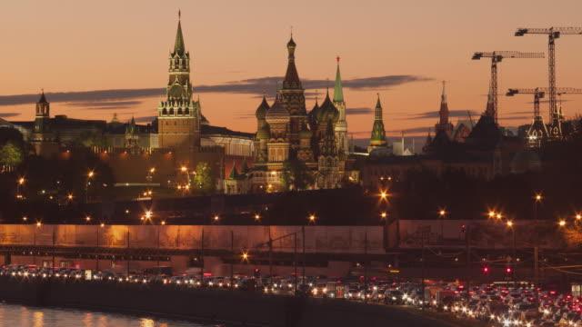 ryssland. moskva - 2013: tl se på kreml banvallen med en st basil's cathedral på förgrunden - moskva bildbanksvideor och videomaterial från bakom kulisserna