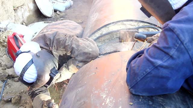 visa på svetsning team av svetsare tills dem montering en ny pipeline. - pipeline bildbanksvideor och videomaterial från bakom kulisserna