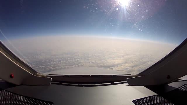 visa ur sittbrunnen fönstren i en falcon 2000 affärsjet under kryssning flyg - pilot bildbanksvideor och videomaterial från bakom kulisserna