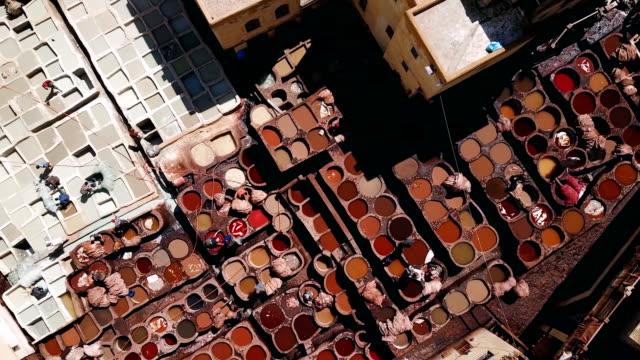 vidéos et rushes de vue sur une tannerie vue du ciel dans la ville de fès, maroc - marché établissement commercial