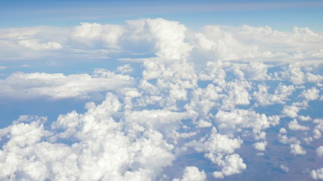 blick über den wolken aus einem flugzeug - seitenansicht stock-videos und b-roll-filmmaterial